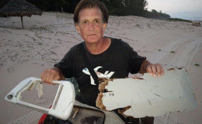 Ông Blaine Gibson chụp cùng các mảnh vỡ tìm thấy ở Madagascar hồi đầu tháng 6 nghi là của máy bay MH370 mất tích bí ẩn