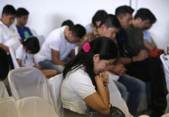 Người nhà nạn nhân chết ngất khi hay tin tìm thấy mảnh vỡ máy bay AirAsia mất tích
