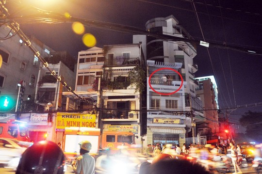 Hai vợ chồng cụ C. kêu cứu ở tầng 3 sau đó tìm cách nhảy lầu thoát thân, theo tin cháy mới nhất