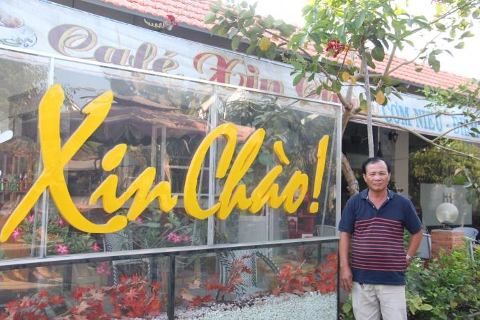Ông Nguyễn Văn Tấn bên quán cafe mà vì đó ông bị khởi tố là kinh doanh trái phép