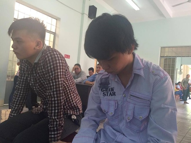 Ôn Thành Tân (phải) được trả  tự do sau khi phiên tòa kết thúc, theo những tin tức pháp luật mới nhất hôm nay