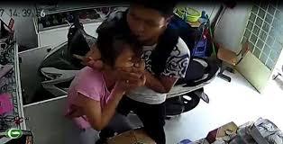 Tên cưới dùng dao dí vào cổ nạn nhân rồi cướp Iphone 6S