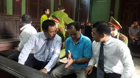 Luật sư trao đổi với bị cáo Minh trước giờ khai mạc phiên tòa phúc thẩm