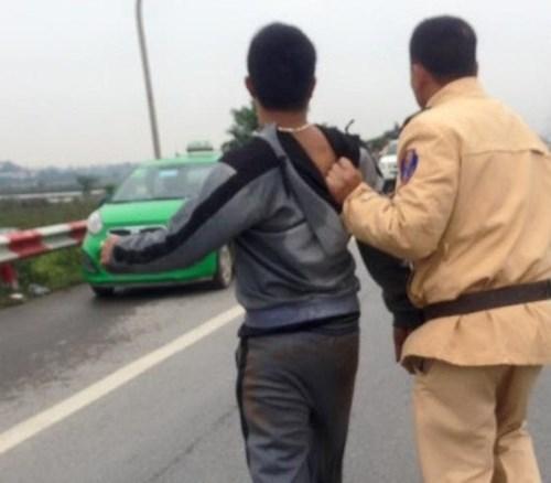 Nhiều đối tượng cướp xe taxi đã bị CSGT phát hiện, bắt giữ  là một trong những tin tức pháp luật mới nhất hôm nay