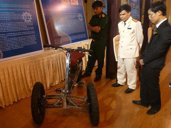 """Sáng chế """"xe ba bánh chống lật dành cho người khuyết tật"""" của tác giả Mai Sỹ Xuân Lâm trưng bày tại lễ trao giải"""