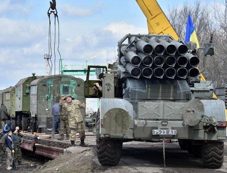 Binh sỹ Ukraine chuyển vũ khí khỏi thành phố Artemivsk thuộc khu vực Donetsk ở miền đông ngày 6/3