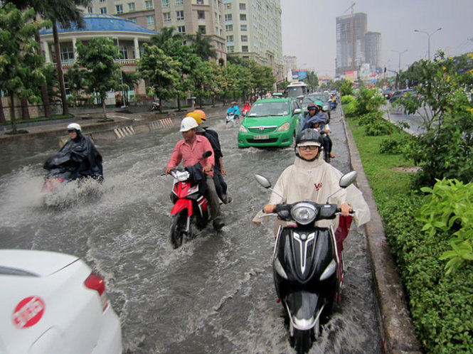 tin tức mới cập nhật hôm nay cho biết Sài Gòn mưa đầu mùa như trút