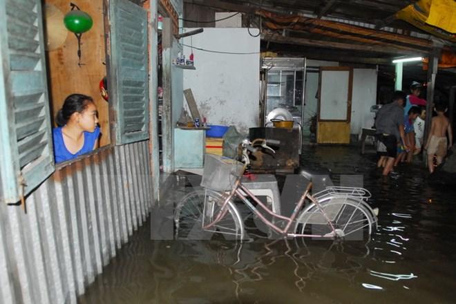 Triều cường dâng cao gây ngập nước trong nhà nhiều hộ dân