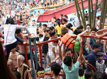 tin tức mới cập nhật hôm nay cho biết rất đông người dân cố tình vào công viên nước Hồ Tây bằng cách vượt rào