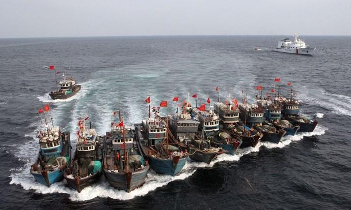 Các tàu cá Trung Quốc liên kết nhau chống lại cuộc truy đuổi của tàu tuần duyên Hàn Quốc hồi năm 2011