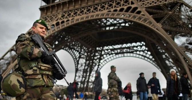 Cảnh sát tuần tiễu dưới chân tháp Eiffel