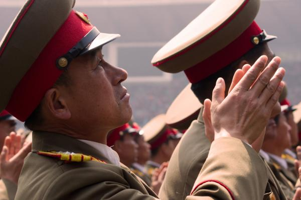 Các quân nhân Triều Tiên hoan hộ nhà lãnh đạo Kim Jong-un