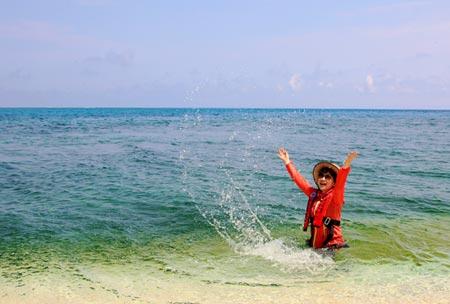 Một du khách Trung Quốc chụp ảnh tại đảo Hoàng Sa