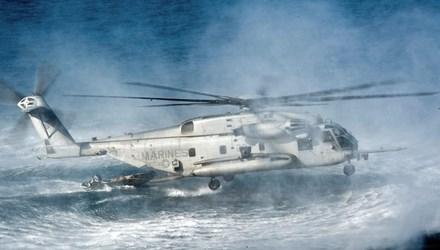 Một trực thăng của lực lượng Lính thủy đánh bộ Mỹ trong cuộc diễn tập trên biển