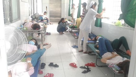 Công nhân cấp cứu đông nên phải nằm cả hành lang