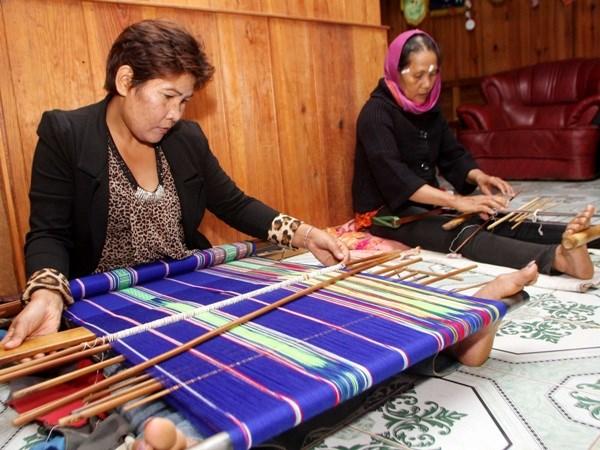 Nguồn vốn ưu đãi đã trở thành 'bà đỡ' đồng bào dân tộc trên cao nguyên Lâm Đồng phát triển nghề dệt thổ cẩm truyền thống