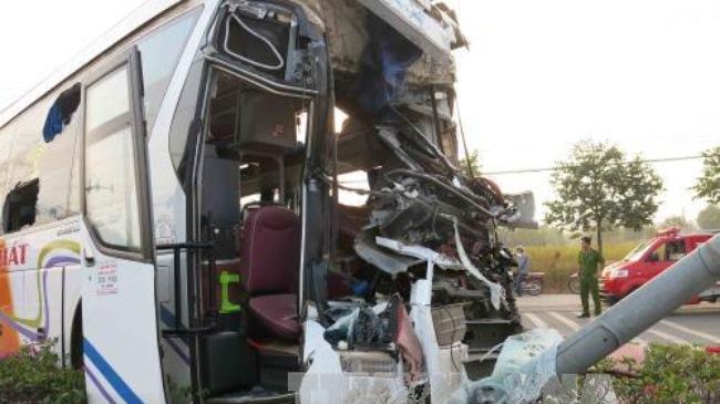 tin tức mới cập nhật: Xe giường nằm và xe tải đâm nhau, hơn 20 người bị thương