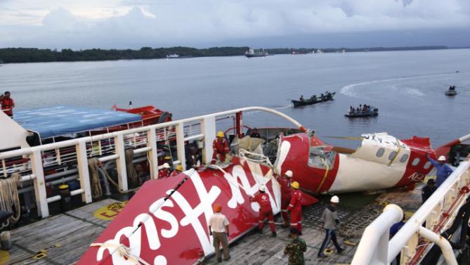 tin tức mới cập nhật: Trục vớt hộp đen thứ hai của máy bay AirAsia gặp nạn