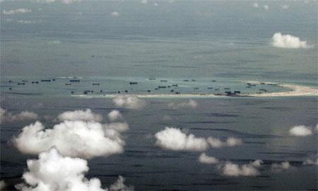 Tàu Trung Quốc cải tạo đất trái phép trên một rạn san hô ở Biển Đông