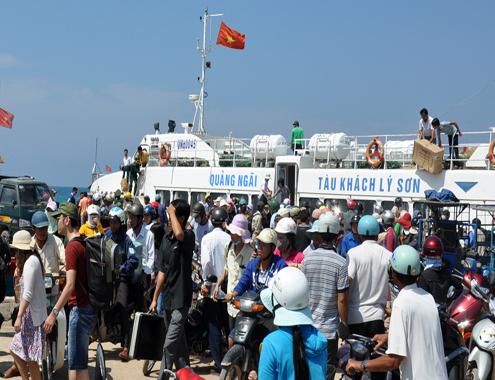 tin tức mới cập nhật trong nước cho biết, hơn 200 du khách mắc kẹt ở đảo Lý Sơn đã vào đất liền