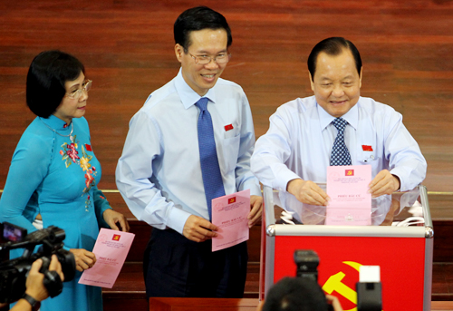 Các đại biểu bỏ phiếu bầu Ban chấp hành đảng bộ TP HCM nhiệm kỳ 2015-2020