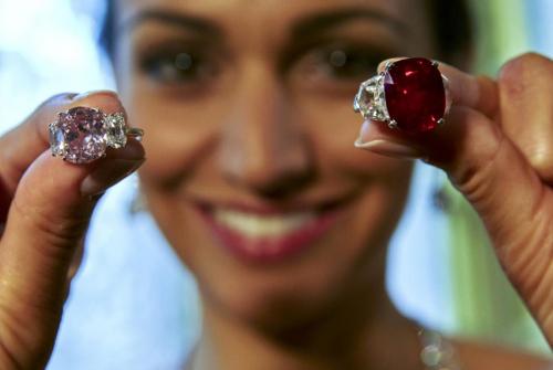 Hồng ngọc huyết bồ câu lập kỷ lục 30 triệu USD
