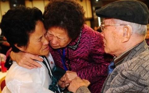 Cảnh đoàn tụ đầy nước mắt của một gia đình bị ly tán
