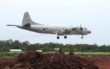 Chiếc máy bay săn ngầm P-3C chở theo 20 nhân viên quân sự Nhật bản hạ cánh tại sân bay Puerto Princesa