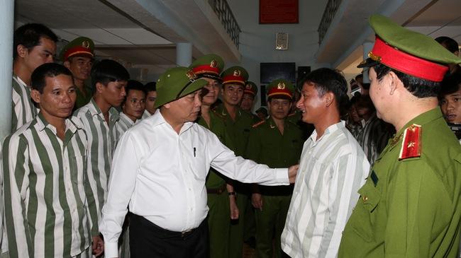 Phó Thủ tướng Nguyễn Xuân Phúc thăm hỏi các phạm nhân tại Trại giam Xuân Lộc, theo tin tức mới cập nhật trong nước
