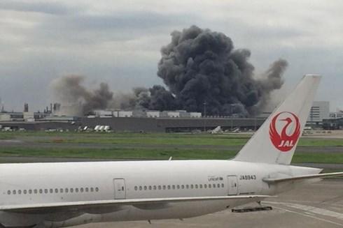 Khói bốc lên từ nhà máy thép gần sân bay Haneda ở thủ đô Tokyo, theo tin tức mới cập nhật quốc tế