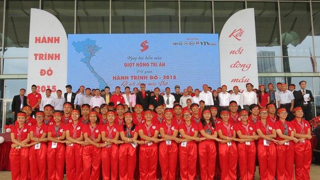 Hàng trăm người đã có mặt tại TT Hội nghị Quốc gia Hà Nội để tham dự Ngày hội hiến máu Giọt hồng tri ân và Hội quân Hành trình đỏ 2015