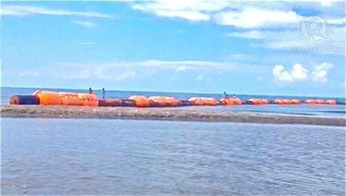 Đoạn phao chắn dầu được ngư dân Philippines đưa vào bờ