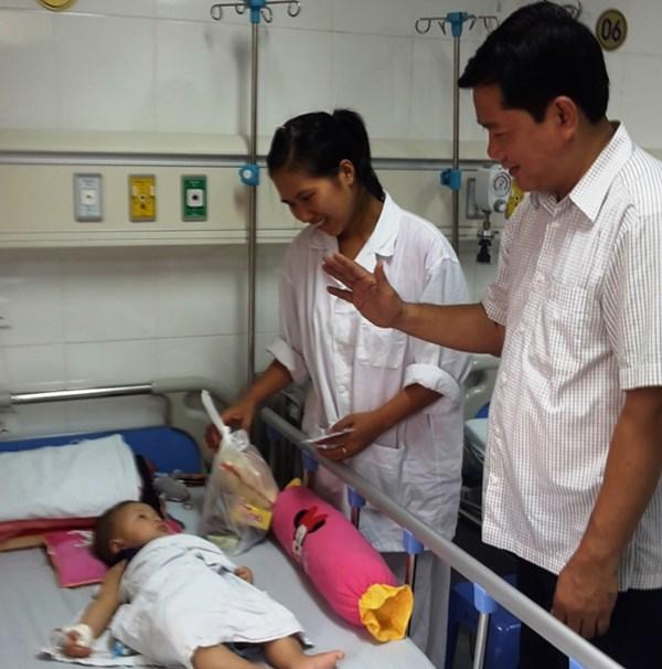 Bộ trưởng Thăng thăm bệnh nhi tai nạn giao thông