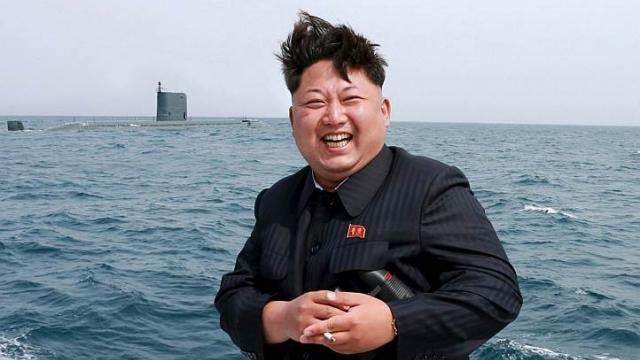 Lãnh đạo CHDCND Triều Tiên Kim Jong Un bên tàu ngầm tên lửa đạn đạo