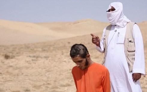 Thành viên IS đứng sau lưng, tuyên bố sẽ cán chết nạn nhân bằng xe tăng