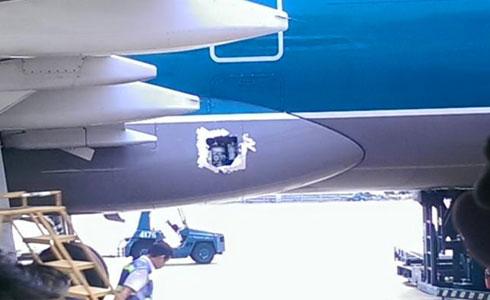 Máy bay Vietnam Airlines bị hỏng tấm panel