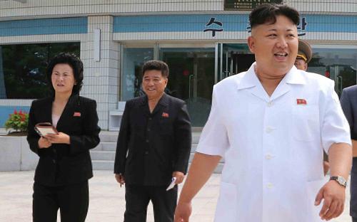 Kim Yo-jong (trái) cùng Kim Jong-un đến vườn ươm cây của quân đội