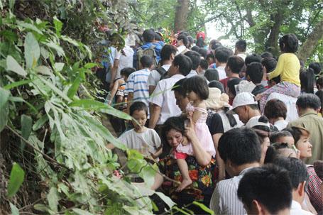 Theo tin tức mới cập nhật, số lượng người quá đông tại lễ hội đền Hùng dẫn đến cảnh chen lấn nghẹt thở