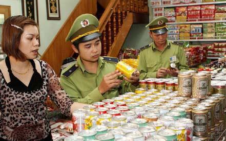 Quản lý thị trường thị xã Nghĩa Lộ (Yên Bái) kiểm tra hàng hóa tại một cửa hàng kinh doanh