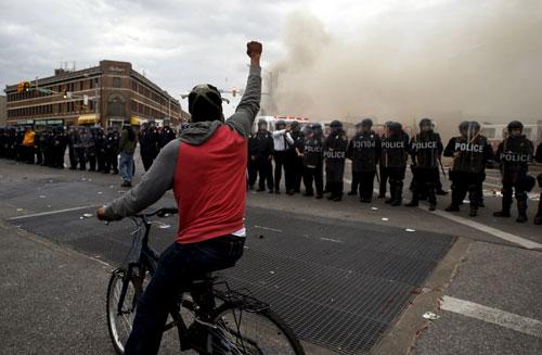 Theo tin tức mới cập nhật, đã có gần 200 người bị bắt khi bạo loạn bùng phát tại Mỹ