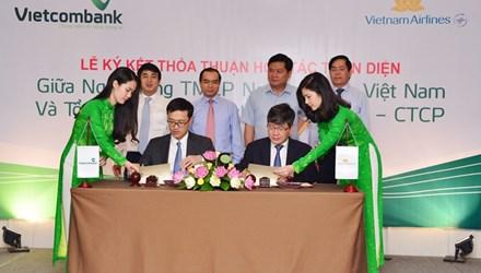 Đại diện VietnamAirlines và Vietcombank ký hợp tác toàn diện