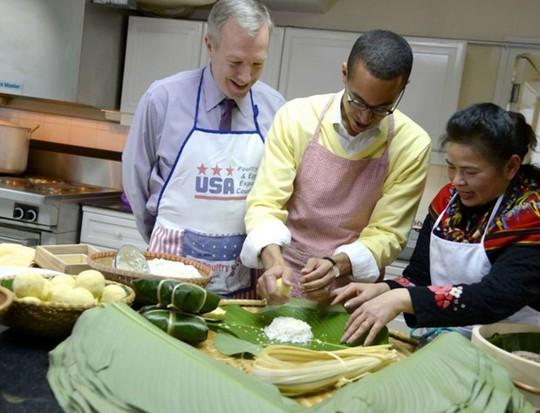 Đại sứ Mỹ Ted Osius đã học cách gói bánh chưng truyền thống của Việt Nam