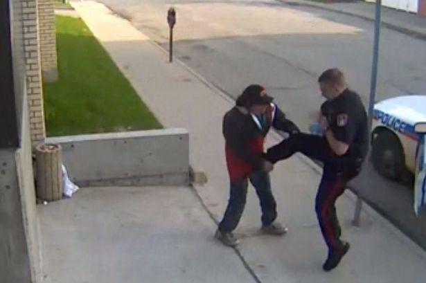 tin tức mới nhất tiết lộ hình ảnh cảnh sát Canada đang hành hung người vô gia cư