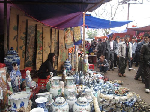 tin tức mới nhất, ngay từ sáng 25/2, nhiều người đã đến chợ Viềng