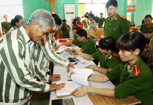 Hơn 300 phạm nhân được giảm án, tha tù dịp 30/4 ở Phú Yên là tin pháp luật online nổi bật trong ngày