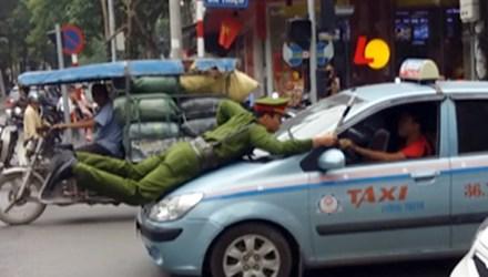 Cảnh sát trẻ phải nhảy lên nóc capo và bám vào cần gạt nước khi tài xế cho xe đi tiếp, theo tin tức pháp luật 24h qua