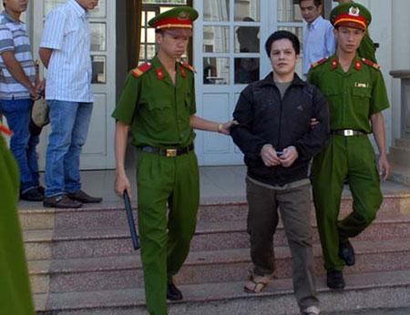 Nguyễn Minh Hải bị áp giải ra xe về trại giam, theo những tin tức pháp luật mới nhất hôm nay
