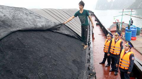 Những tin pháp luật mới nhất hôm nay đề cập đến vụ cảnh sát biển bắt giữ tàu chở 2.000 tấn than lậu tại Quảng Ninh