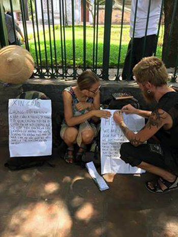 Hình ảnh đôi nam nữ ngoại quốc trưng biển thông báo bị cướp ở vỉa hè Hà Nội, theo những tin tức pháp luật mới nhất hôm nay