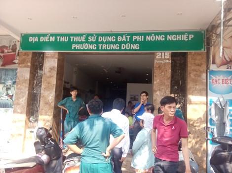 Trong những tin tức pháp luật mới nhất hôm nay có vụ nhóm côn đồ xông vào trụ sở UBND phường chém người xối xả